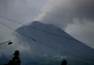 Kepulan asap putih membumbung dari kawah Merapi seiring Peristiwa 22 Juli 2013, diabadikan dari Tlogolele.  Sumber : BPPTKG, 2013.