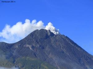 Salah satu kejadian hembusan uap air dari puncak Gunung Merapi, yang terjadi pada 28 Juni 2013. Sumber : BPPTKG, 2013.
