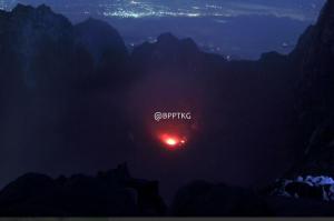 Dasar kawah Merapi, diabadikan pada 5 Juli 2013 lalu. Nampak kilatan merah membara dari magma yang mengintip di dasar kawah, dengan sedikit kepulan gas vulkanik diatasnya. Di latar belakangnya nampak dinding kawah nan curam, yang sesungguhnya adalah sisa-sisa kubah lava dari letusan-letusan Merapi sebelum 2010. Sumber : BPPTKG, 2013.