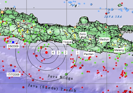 "Gambar 6. Perkiraan intensitas getaran yang dihasilkan Gempa Ciamis 18 November 2013 terhadap kerakbumi disekelilingnya. Lingkaran menunjukkan radius maksimal getaran berintensitas tertentu, dimana ""4"" adalah 4 MMI (Modified Mercalli Intensity) dan seterusnya. Sumber: Sudibyo, 2013."