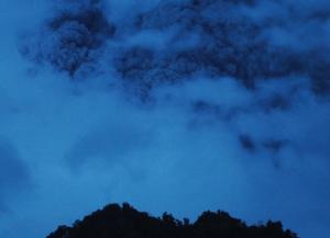 Gambar 1. Kolom debu vulkanik mengepul ke langit pada kejadian Senin pagi 18 November 2013, diabadikan dari arah selatan (Kaliurang). Sumber: BPPTKG, 2013.